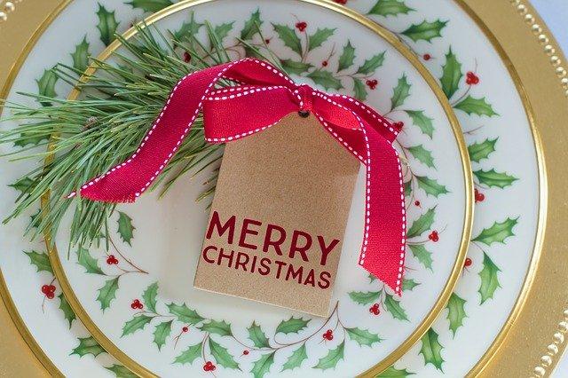 EIn festlich gedeckter Tisch gehört Weihnachten dazu und mit Tipps der 5 Elemente Ernährung überstehst du die Feiertage unbeschwert