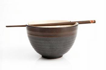 Einfache Gerichte wie eine Schale Reis entlasten das Verdauungssystem in der Ernährungstherapie
