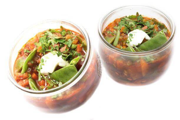 zwei Schalen mit Gemüsesuppe als Vorschlag für einen gesunden Speiseplan