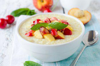 eine Schüssel mit Haferporridge und Früchten als 5 Elemente Frühstück