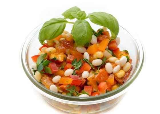 ein Salat aus weißen Bohnen und Kürbis als vegetarische Mahlzeit