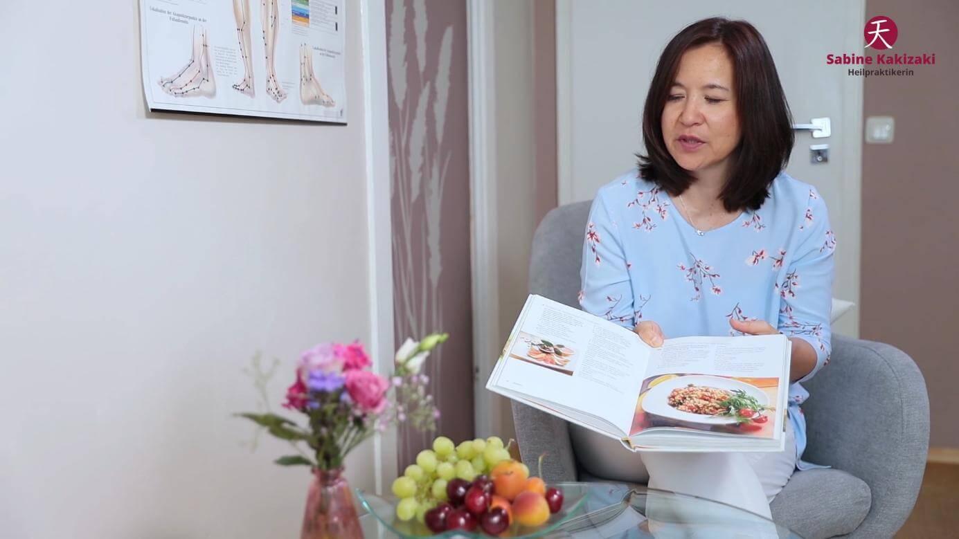 Heilpraktikerin Sabine Kakizaki erklärt ein Kochrezept während einer ganzheitlichen Ernährungsberatung