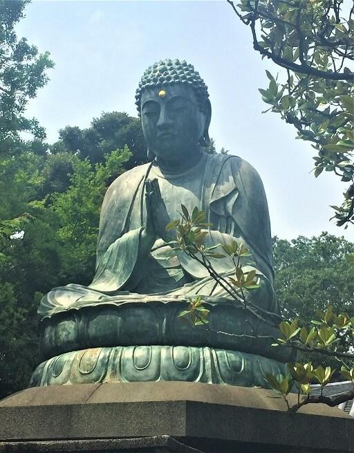 Buddhastatue symbolisiert asiatische Weisheit der TCM