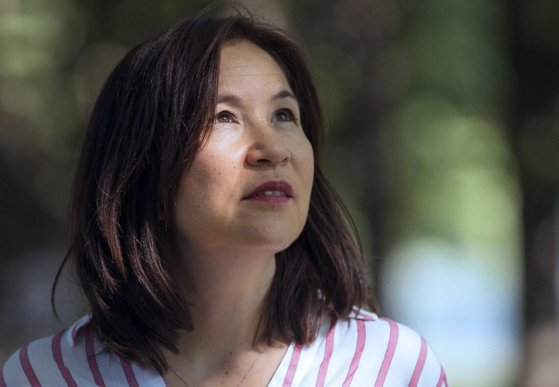 Sabine Kakizaki, Inhaberin einer TCM Praxis Köln unter Bäumen in Köln