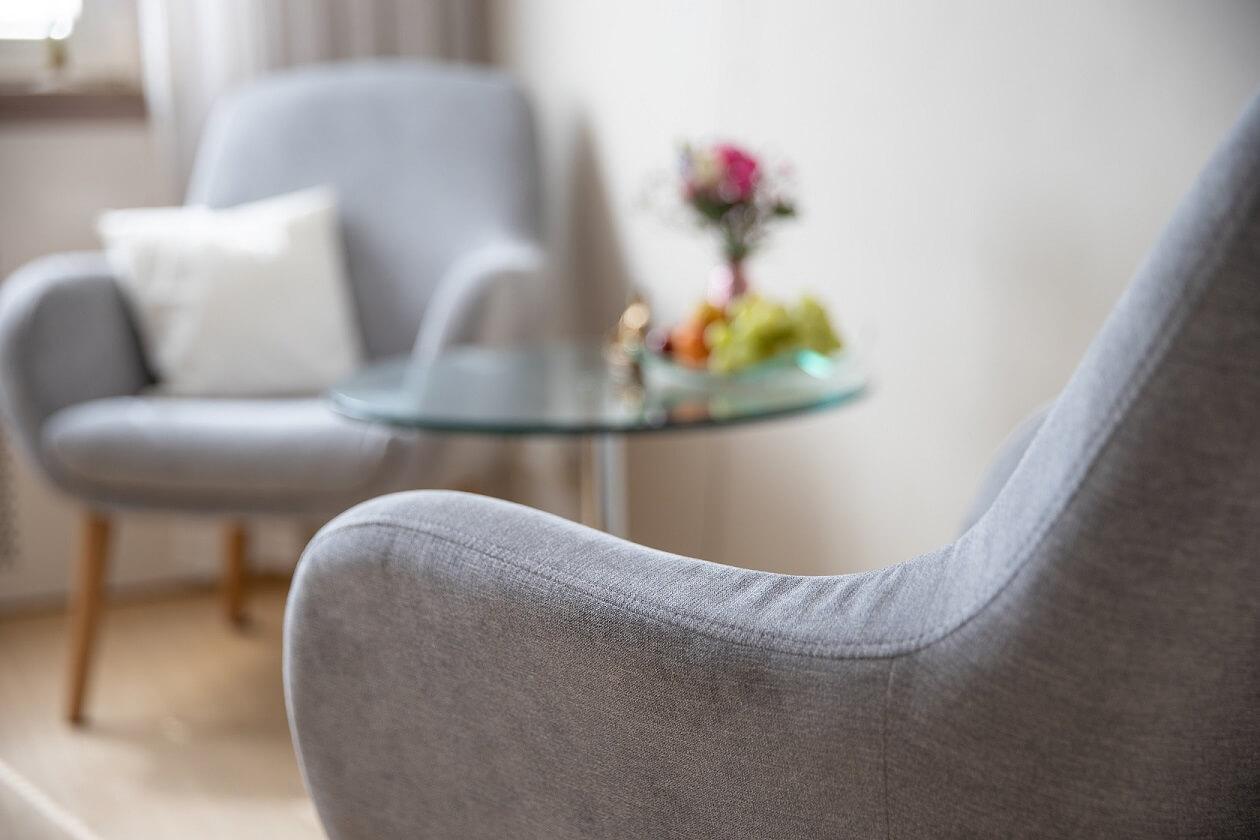 Bequeme Sessel für Therapiegespräche in einer TCM Praxis für Psychosomatik
