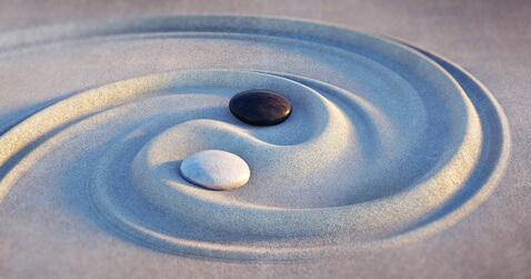 Yin Yang Steine symbolisieren Balance in der TCM Traditionellen Chinesischen Medizin